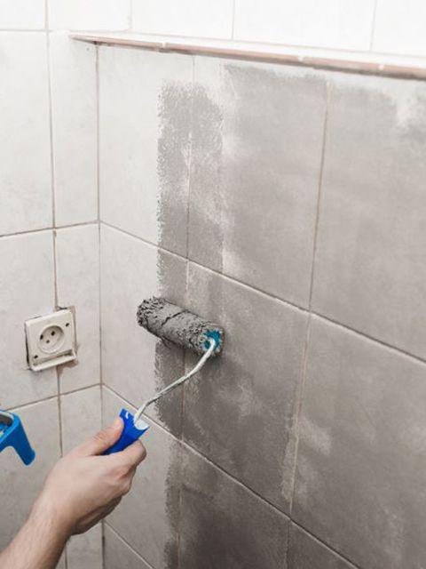 Pintar azulejos baño en gris
