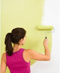 Mujer pintando con pintura sin COV