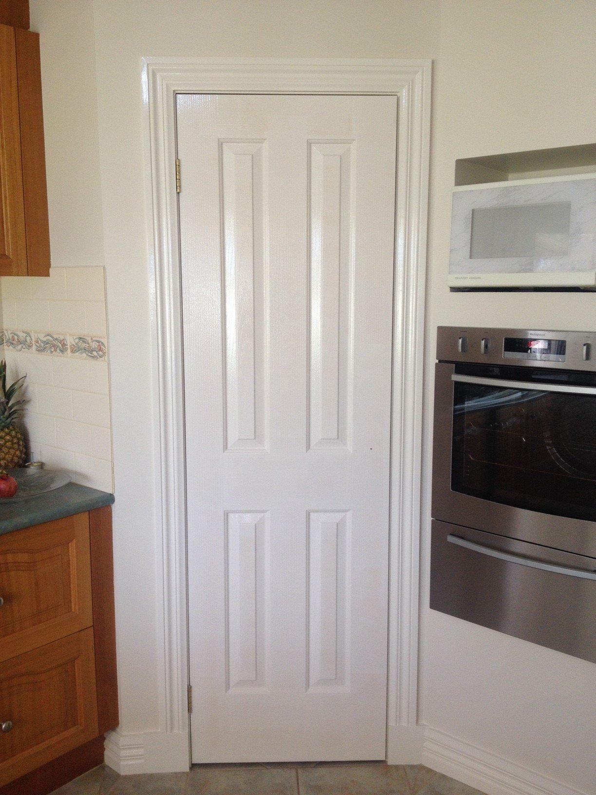 Puerta pintada en blanco
